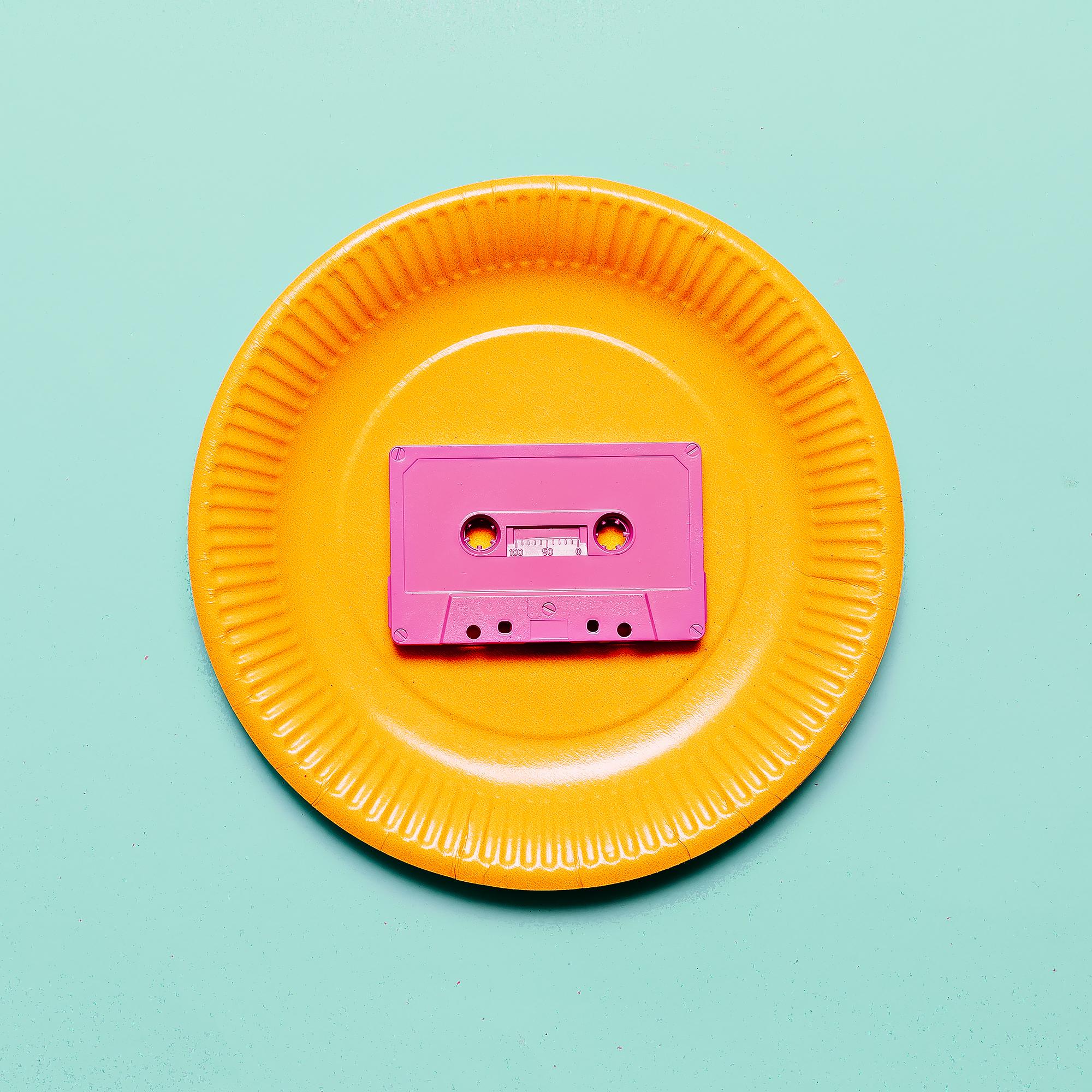 musicassetta appoggiata sopra ad un patto di plastica