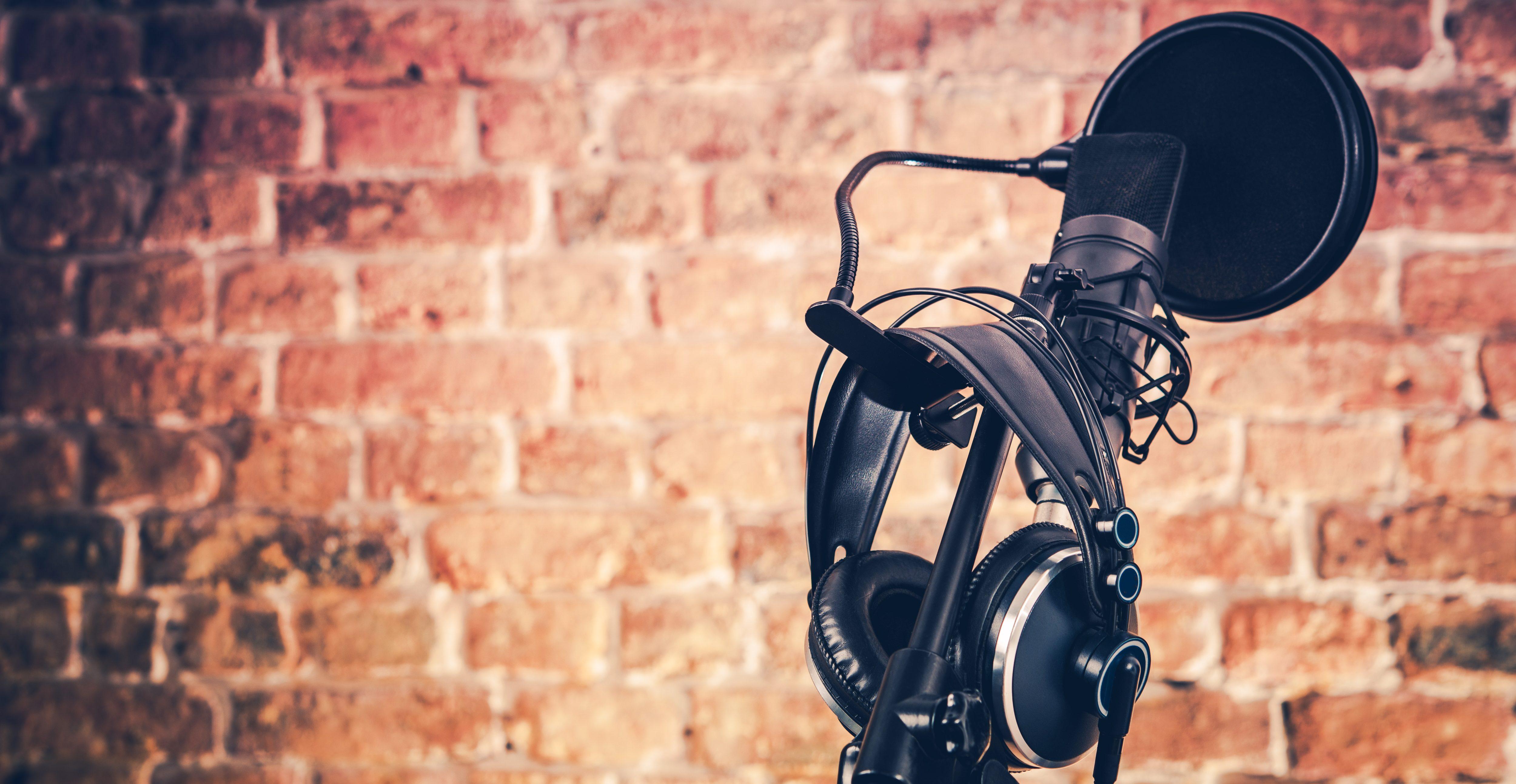 Dettaglio di un microfono professionale con cuffie audio
