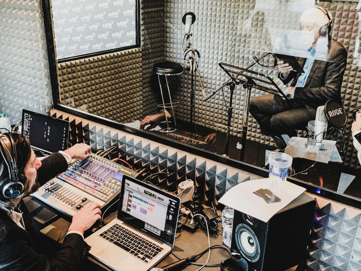 Produzione audiolibri: Beppe Severgnini durante una registrazione