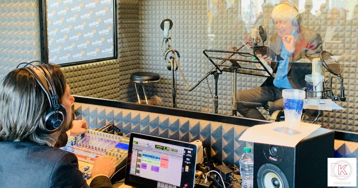 Giacomo Vaghi all'interno di cabina di registrazione presso il Salone Internazionale di Torino con Beppe Severgnini. Durante la manifestazione, Audible ha dato la possibilità a chiunque di provare a creare un audiolibro.