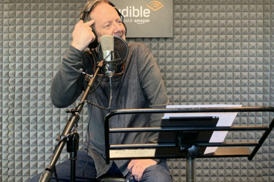 John Peter Sloan all'interno della cabina di registrazione di Audible, gestita da Keymotions presso il Salone Internazionale di Torino. Durante la manifestazione, Audible ha dato la possibilità a chiunque di provare a creare un audiolibro.