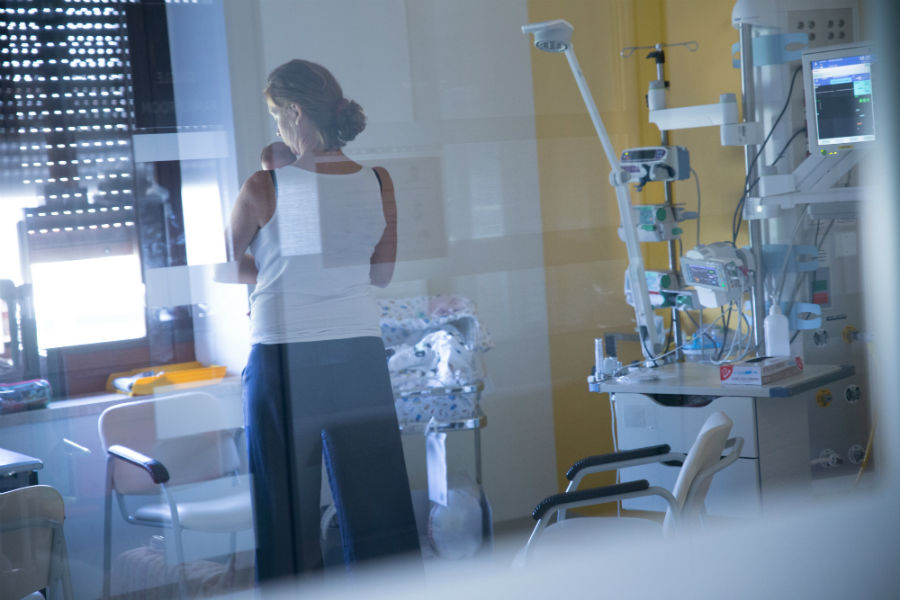 Un bimbo con la sua mamma presso il Reparto di Terapia Intensiva Neonatale dell'Ospedale Sant'Anna di Torino recentemente ristrutturato grazie alla Fondazione Crescere Insieme Onlus