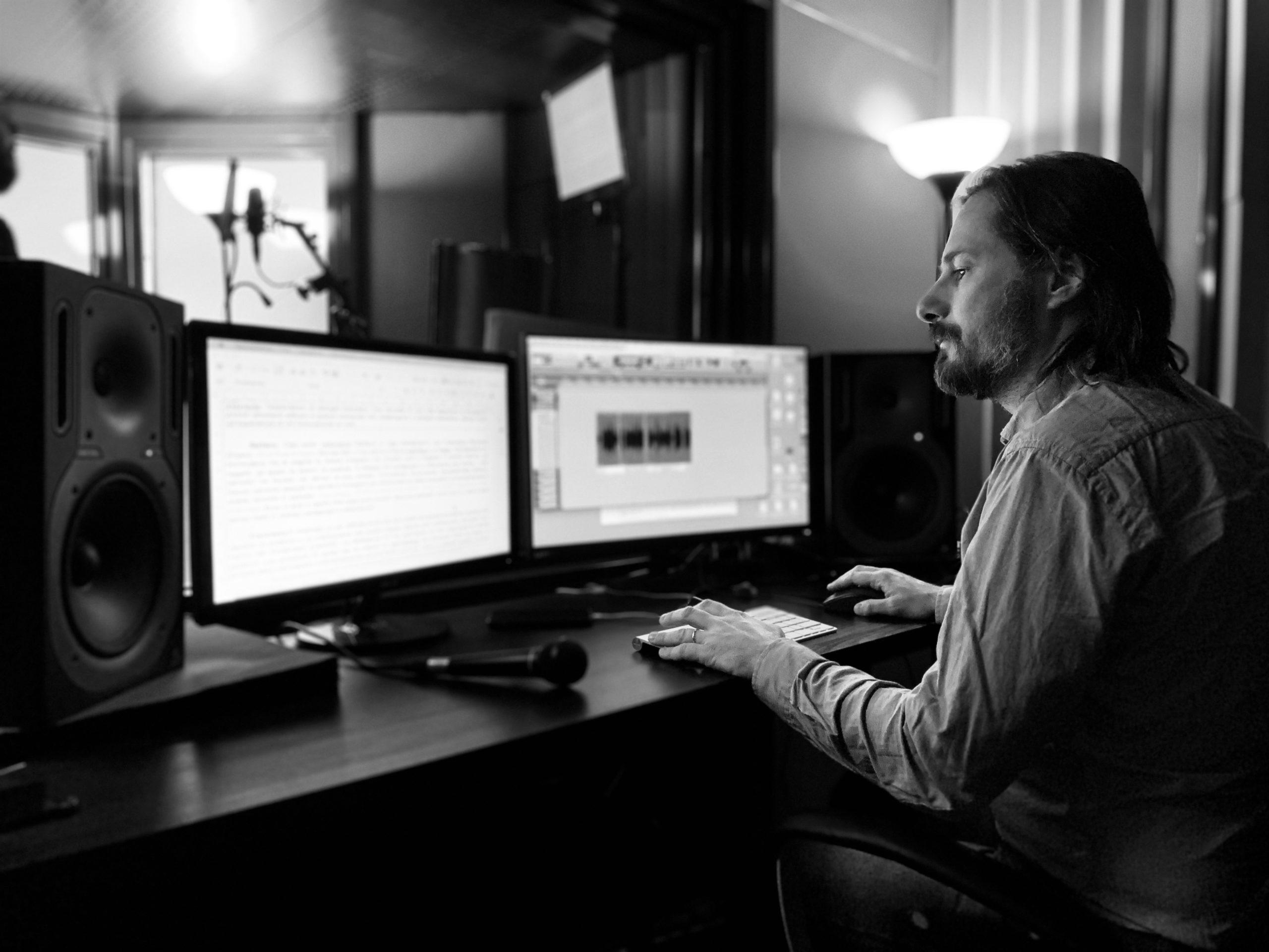 Giacomo Vaghi lavora alla creazione di un podcast