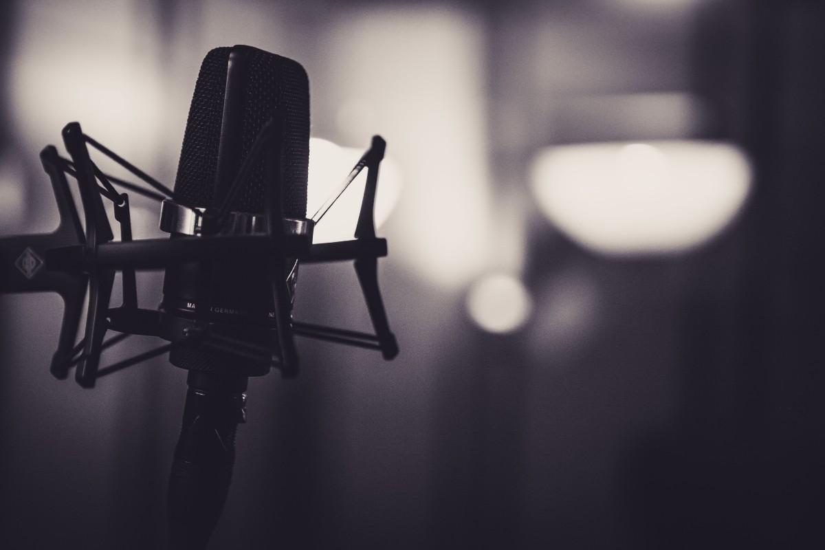 Dati e modalità di ascolto di podcast. Nell'immagine un microfono.